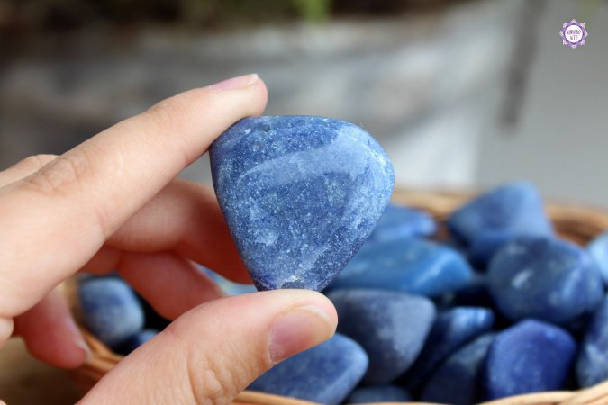 Quartzo Azul Rolado (de 2cm a 4cm a unidade) | Cristal de Sintonia Psíquica e Força Interior