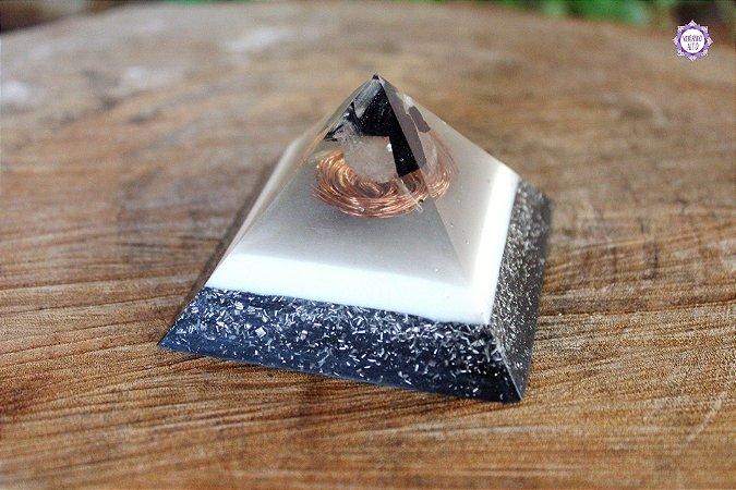 Orgonite Pirâmide de Turmalina Negra, Selenita e Quartzo para Proteção e Limpeza Energética