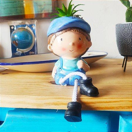 Menino chapéu vasinho - resina 28cm