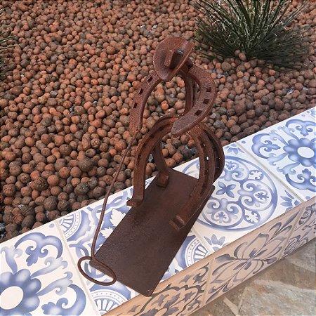Escultura Ferradura Porta Garrafa Peão