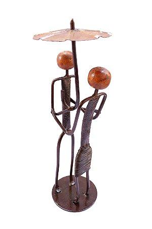 Escultura namorados com guarda-chuva