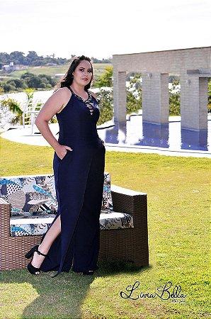 Macacão com fenda lateral e bordado no decote. Também disponível na cor preta.Obs: nesta foto o vestido esta somente como parte do cenário.