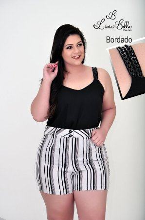 Blusa com bordado manual na alça.