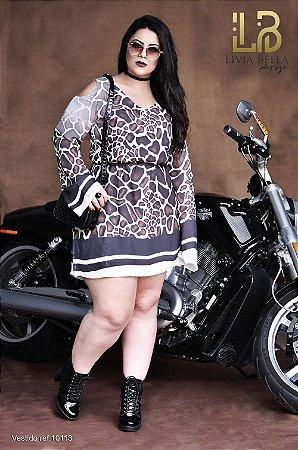 Vestido amimal print com manga flare e abertura nos ombros.