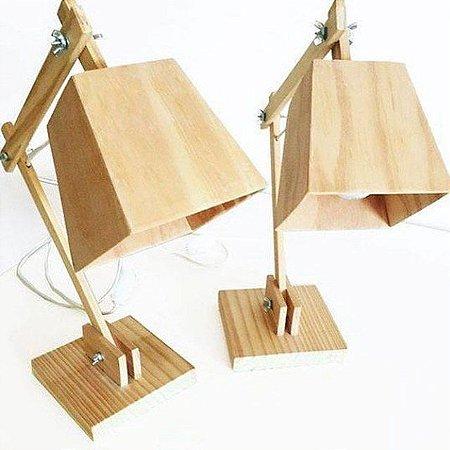 Luminária de mesa feita de pinus