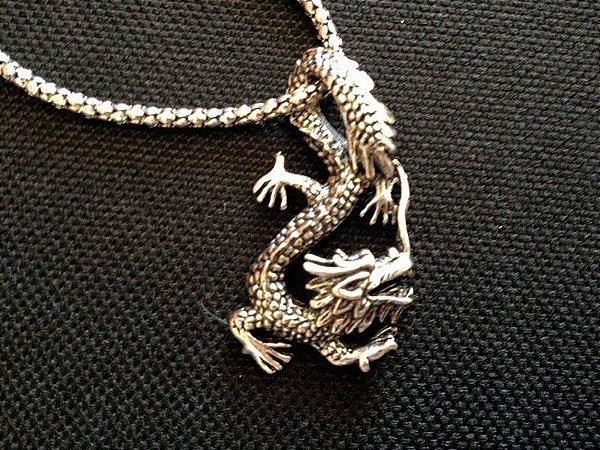 Colar com pingente de Dragão