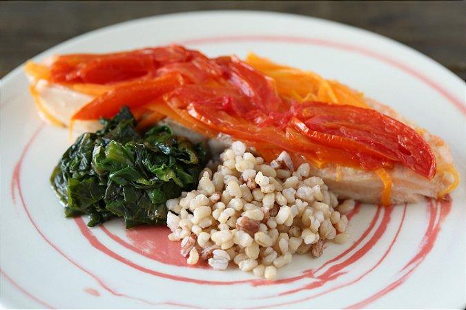 Salmão assado com legumes, arroz integral e escarola refogada