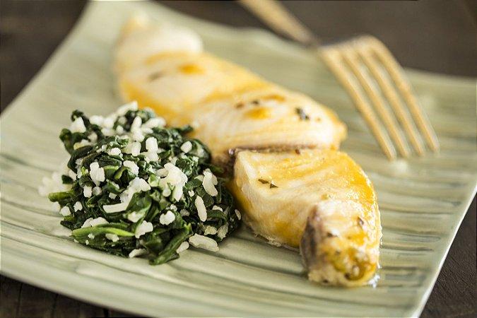 Filé de peixe ao molho de manga e arroz com espinafre