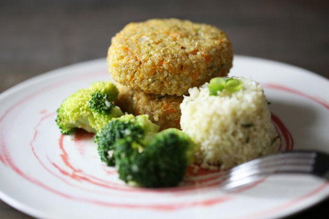 Hambúrguer de quinua, arroz camuflado e brócolis alho e óleo