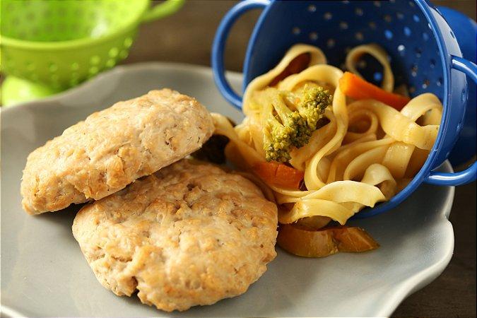 Hambúrguer de frango e fettuccine com legumes