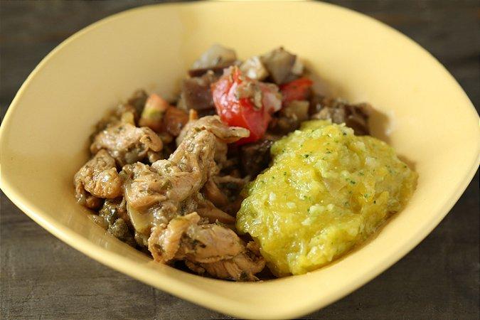 Iscas de frango ao molho de limão e ervas, purê de mandioquinha com brócolis e berinjela napolitana