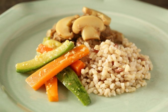 Estrogonofe light, arroz integral e legumes a Julianna