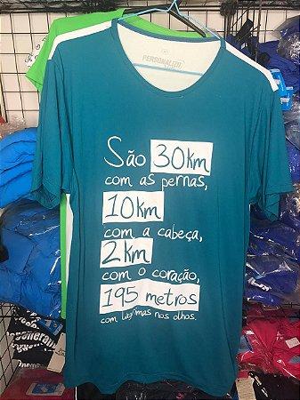 """Camiseta """"São 30km com as pernas, 10km com a cabeça, 2km com o coração e 195 metros com lágrimas nos olhos""""  na cor Verde e Branca em Poliamida"""