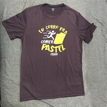 Camiseta EU CORRO PRA COMER PASTEL em Marrom