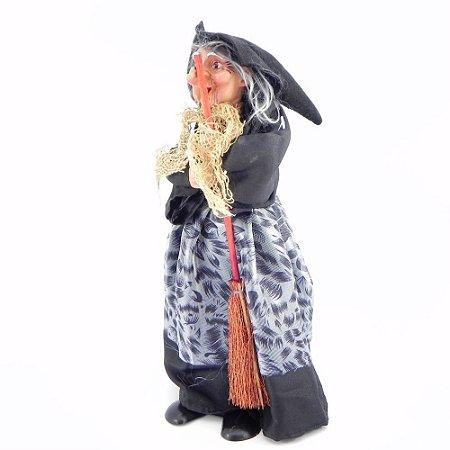 Bruxa em pé com vassoura