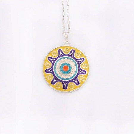 Gargantilha Mandala amarela e tons de azul