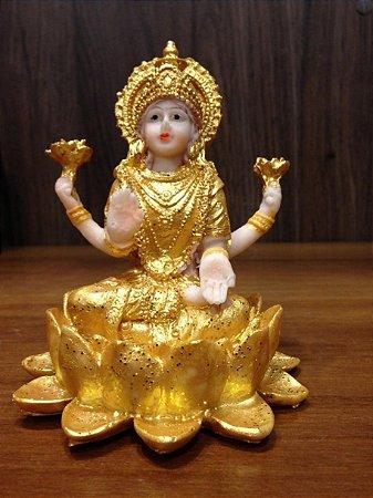 Lakshimi na flor de Lotus dourada