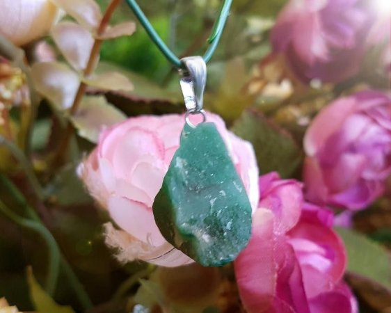 Pingente de Pedra Bruta com corrente - Quartzo Verde