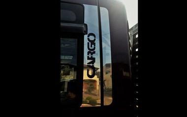 Aplique/Acabamento CHARADA em Inox da Coluna da Porta Ford Cargo Cabine Moderna (Par)