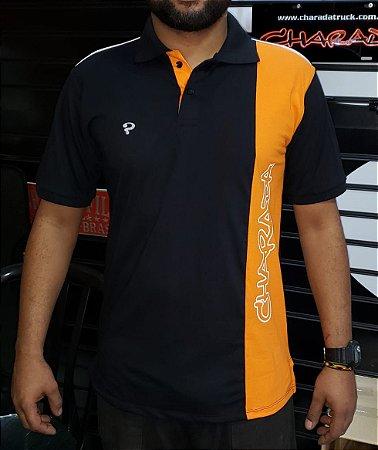 Camiseta com gola pólo preta com faixa vertical laranja