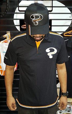 Camiseta com gola pólo preta com listras branca e laranja