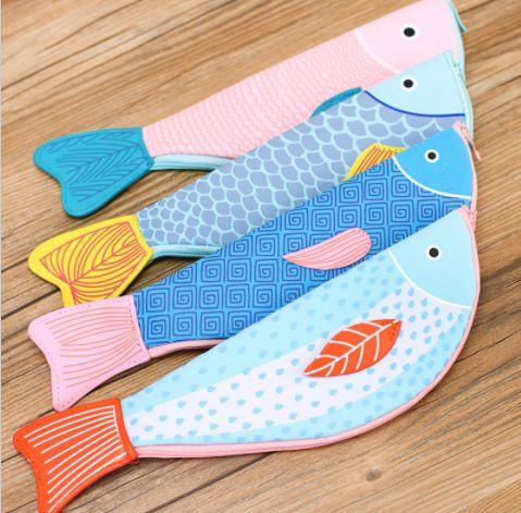estojo sarja peixe estampado azul com rabo amarelo