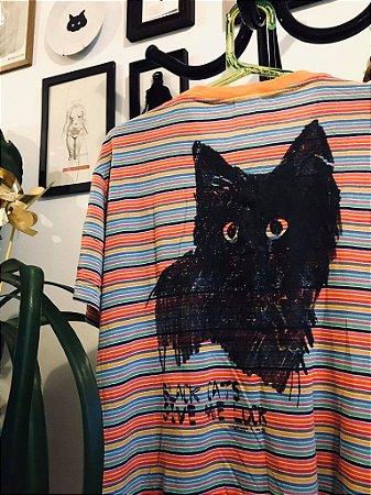 camiseta listrada estampa gato preto nas costas