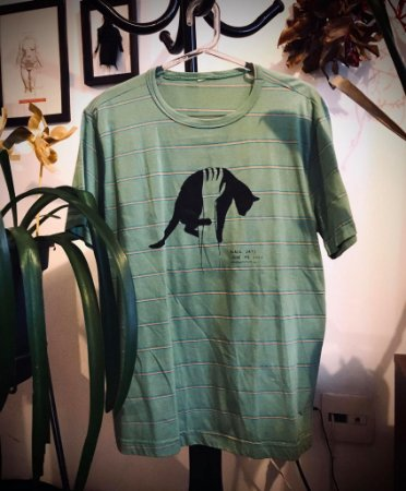 camiseta listrada gato preto