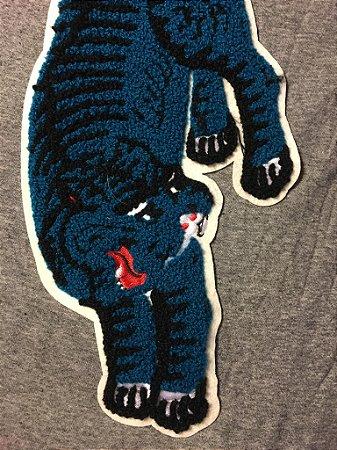 camiseta aplique bordado com estampa costas