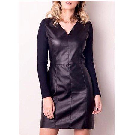Vestido de couro eco e mangas de ribana acetinada