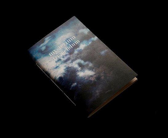 Caderno artesanal de bolso A6 com capa em papel perolado - Mysterium Tremendum