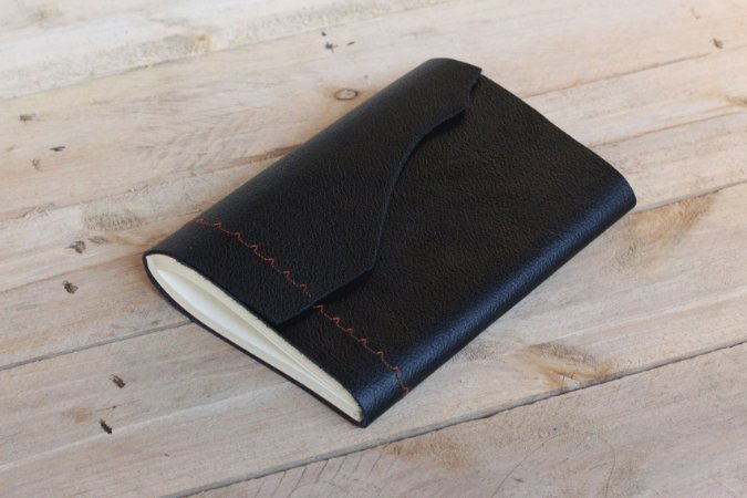 Caderno artesanal de couro preto com costura vermelha formato A6 Bodoque