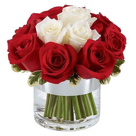 Arranjo de Rosas Vermelhas e Brancas