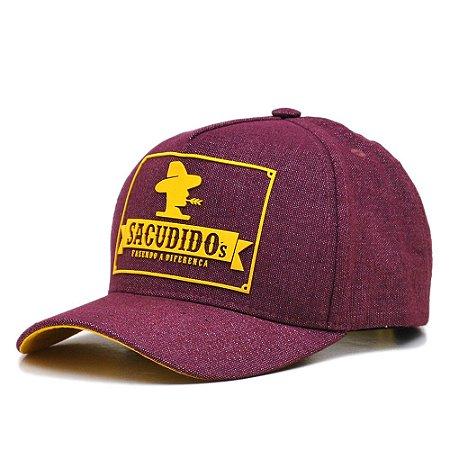 Boné Sacudido's Trucker tecido Reciclato Vinho e detalhe Silkado Amarelo