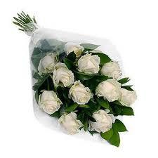 Buque com 12 rosas brancas