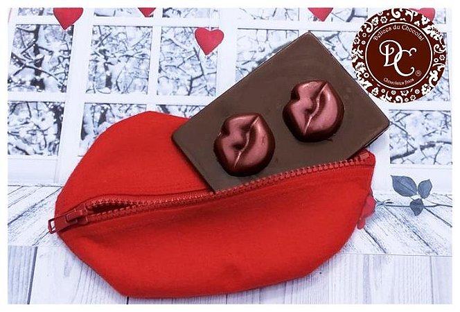 Necessaire em formato de boca com placa de chocolate com boca de chocolate