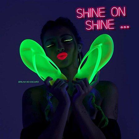 Kit Chinelo Rasteirinha Neon Brilha no Escuro + Chaveirinho + Bolsa Transparente SHINE ON – Moda para Carnaval 2020 Verão Praia