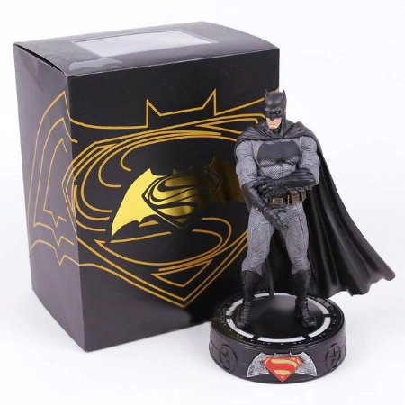 Estátua Batman Action Figure Batman Vs Superman Com LED - Dc Comics