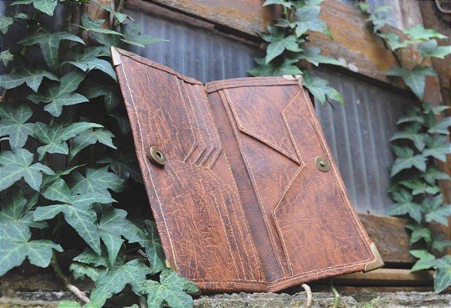 Carteira em couro rústico com detalhes em ouro velho