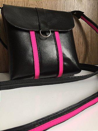 Bolsa tiracolo preta com detalhes em pink