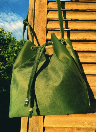 Bolsa saco verde em couro com detalhes em veludo