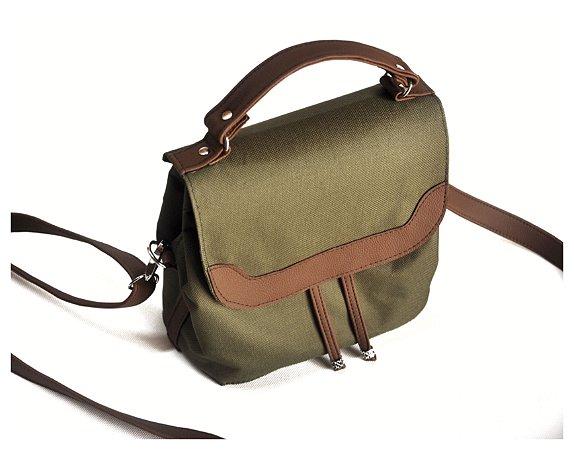 Bolsa tipo maleta verde com detalhes em marrom