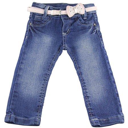 Calça jeans com cinto rosa claro