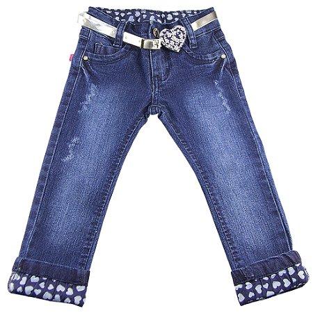 Calça jeans com cinto prata