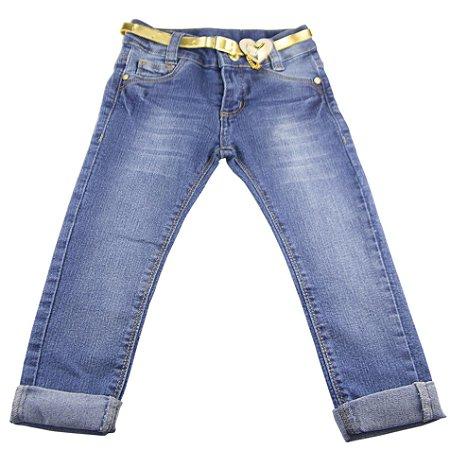 Calça jeans com cinto dourado