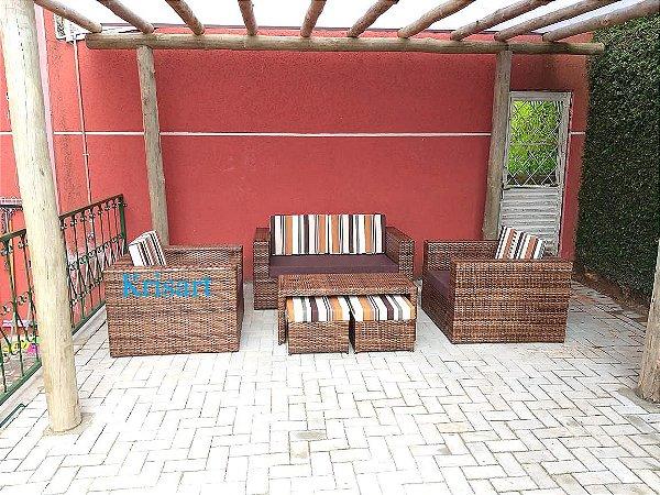 conjunto de sofá quadrado com aparador e dois puffs