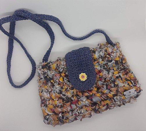 Bolsa Fiorella, modelo tiracolo, na cor estampada com jeans, feita em crochê de fio de malha residual e barbante de algo