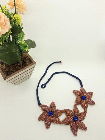 Maxi Colar Gaya, azul marinho e vermelho, com flores, todo em crochê, com linha de algodão