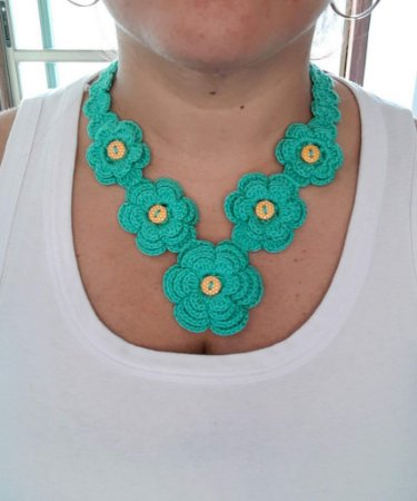 Maxi Colar Serenna, verde-água, com flores, em crochê, com botões e linha de algodão