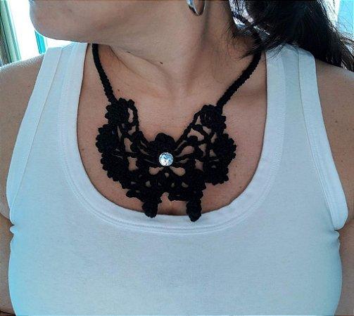 Maxi Colar Butterfly, preto, borboleta central, cristal no detalhe e todo feito em crochê com linha de algodão